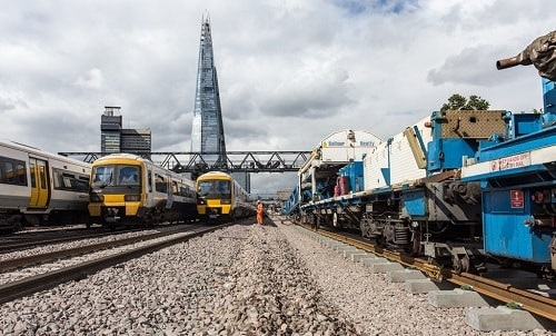 London Bridge trains passing worksite in 2017.jpg